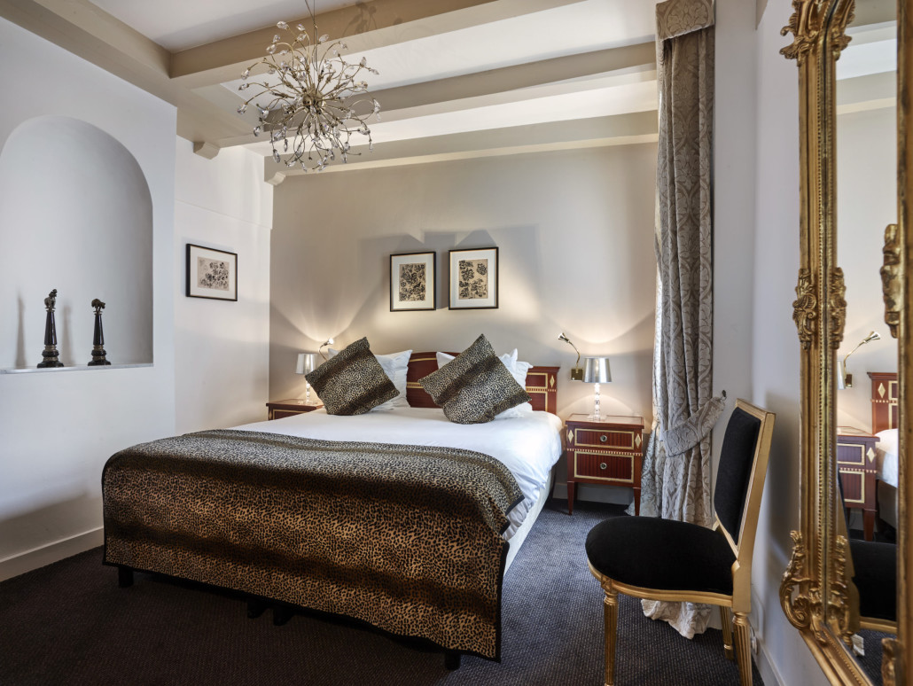 A fully furnished private apartment with beautiful decoration, a living- and dining room on herengracht