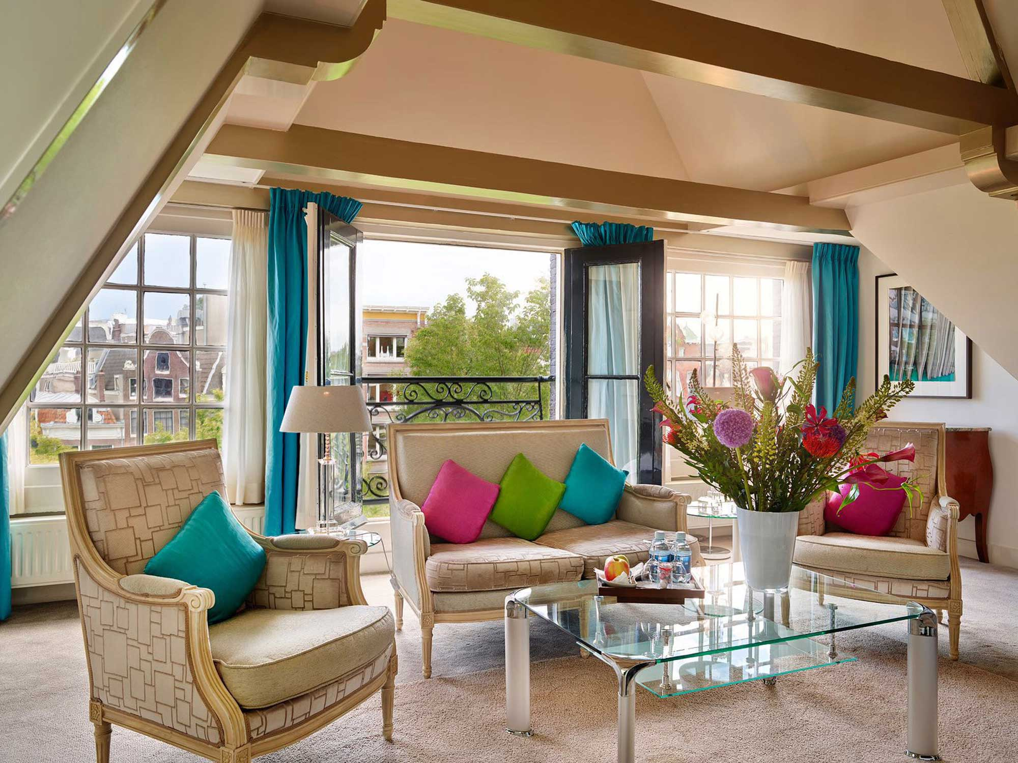 Living room of the Grande Suite with a view on the Singel canal